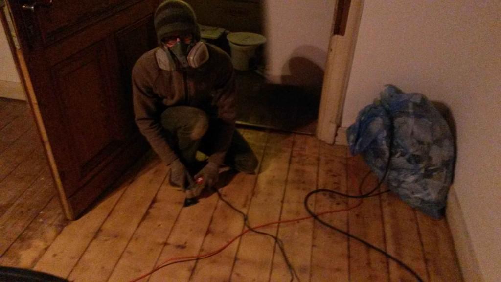 Feinarbeiten am Holzfußboden
